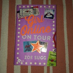 Accessories - Girl online on tour book
